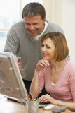 Couples regardant l'écran d'ordinateur Images stock