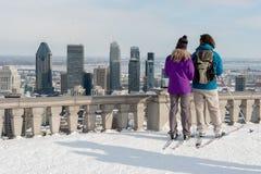 Couples regardant l'horizon de Montréal image stock