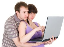 Couples regardant l'ordinateur portatif Images stock