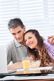 Couples regardant l'ordinateur portatif Image stock