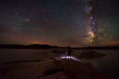 Couples regardant la belle manière laiteuse Photographie stock libre de droits