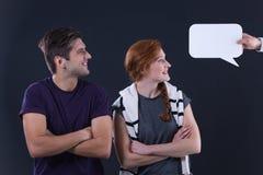 Couples regardant la bulle de la parole Image stock