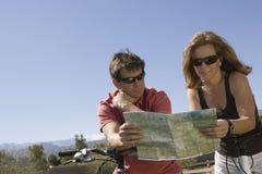 Couples regardant la feuille de route Image stock