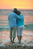 Couples regardant la mer Photo stock