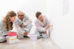 Couples regardant la peinture de femme sur le mur image stock