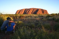Couples regardant la roche d'Uluru Image libre de droits