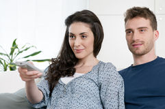 Couples regardant la TV Image libre de droits