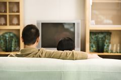 Couples regardant la TV. Photographie stock libre de droits
