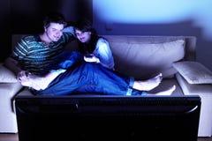 Couples regardant la TV Photo libre de droits