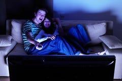 Couples regardant la TV Photos stock