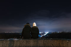 Couples regardant la ville de nuit Images libres de droits