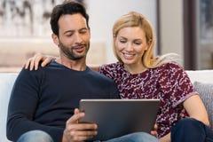 Couples regardant le comprimé numérique Photos stock