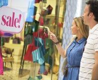 Couples regardant le concept de promotion des ventes d'achats Image stock