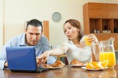 Couples regardant le courrier pendant le petit déjeuner Photos stock