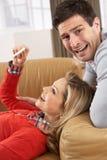 Couples regardant le résultat de l'essai de grossesse Images libres de droits