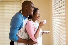 Couples regardant par des abat-jour Images stock