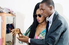 Couples regardant quelque chose dans un devanture de magasin d'un magasin de ventes photos libres de droits