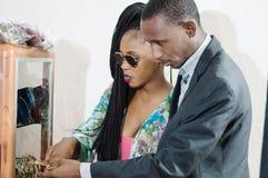 Couples regardant quelque chose dans un devanture de magasin d'un magasin de ventes photographie stock