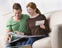 Couples regardant un album photos ensemble Photo libre de droits