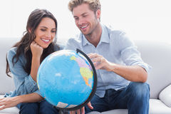 Couples regardant un globe Photo libre de droits