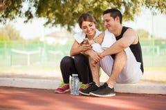 Couples regardant un smartphone Photos stock