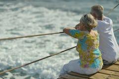 Couples regardant une mer Images libres de droits