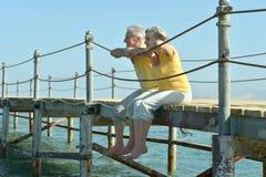 Couples regardant une mer Image libre de droits