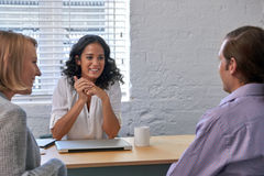 Couples rencontrant le conseiller financier image stock