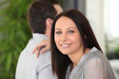 Couples reposés côte à côte Photographie stock
