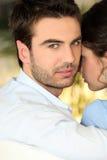 Couples reposés en stationnement Photographie stock libre de droits