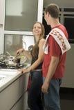 Couples restant dans la cuisson de cuisine - verticale Image stock