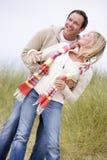 Couples restant sur le sourire de plage Images stock