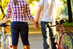 Couples retenant des mains images stock