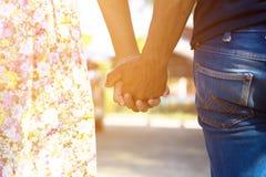 Couples retenant des mains