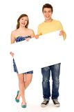 Couples retenant l'affiche blanc Photographie stock