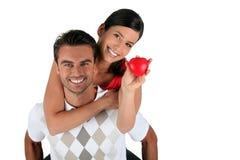 Couples retenant l'objet en forme de coeur Photographie stock