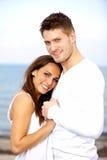 Couples retenant la pose de chacun de mains Photographie stock