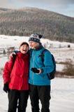 Couples retirés aînés en hiver ensemble Photo stock