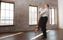 Couples retirés avec plaisir appréciant la valse dans le studio de danse Photographie stock libre de droits