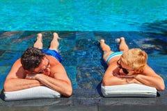 Couples retirés d'aînés détendant dans la piscine Photographie stock