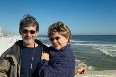 Couples retirés heureux des vacances à l'océan Photographie stock