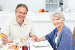 Couples retirés mangeant dans la cuisine Photos libres de droits