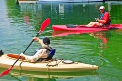 Couples retirés sur des kayaks Image libre de droits