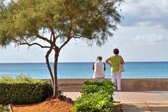 Couples retirés sur l'île Majorque regardant sur la mer Photo libre de droits