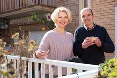 Couples retirés sur une terrasse Image libre de droits