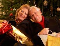 Couples retournant après les achats T de Noël Photo stock