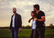 Couples riant avec l'ami dans la nature Photographie stock