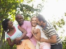 Couples riant dans le jardin Image libre de droits