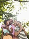 Couples riant dans le jardin Photos libres de droits