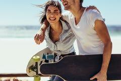 Couples riant et ayant l'amusement Photo stock
